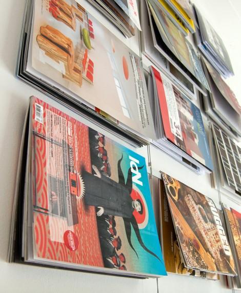 Hangend tijdschriftenrek, roomdivider en leestafel